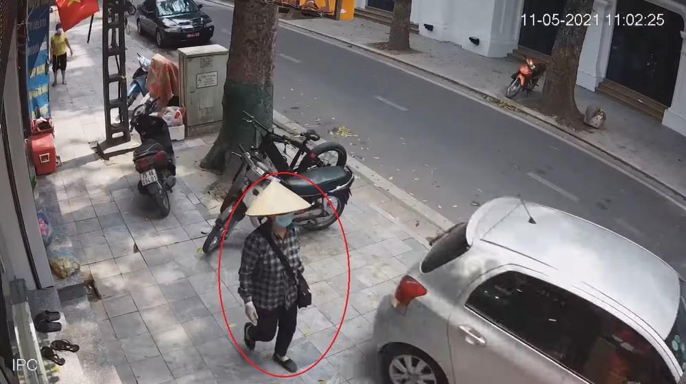 Người phụ nữ đi bộ không hề tỏ phản ứng nào khi chiếc Toyota Yaris lùi về phía mình