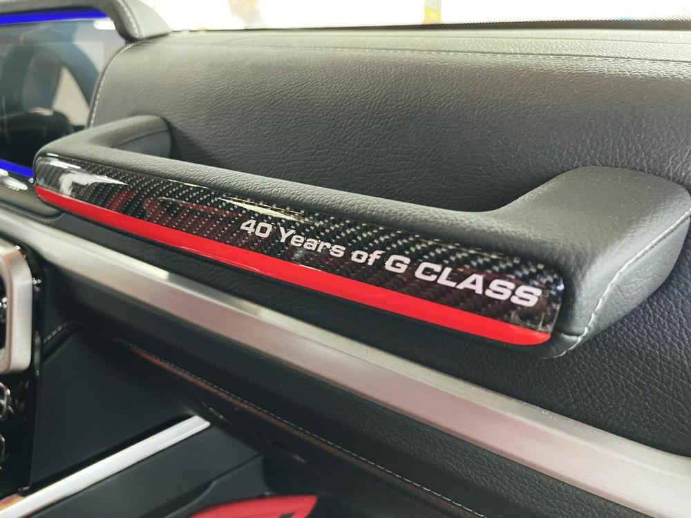 Logo 40th Years Of Legend cùng viền đỏ xuất hiện trên tay nắm ốp carbon trước mặt ghế phụ