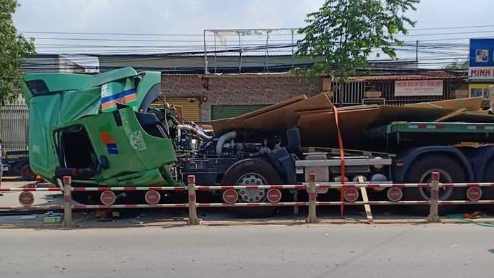 Vụ tai nạn khiến xe đầu kéo hư hỏng nặng