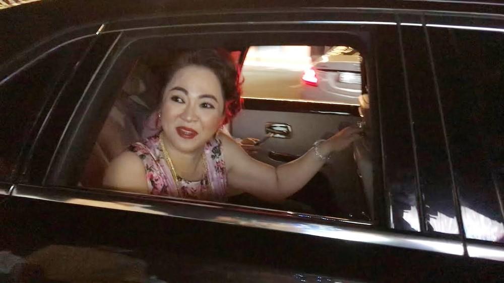 Bà Nguyễn Phương Hằng di chuyển trên chiếc xe siêu sang Rolls-Royce Ghost Series II