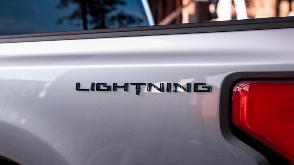 Tem chữ nổi trên thùng sau của Ford F-150 Lightning 2022