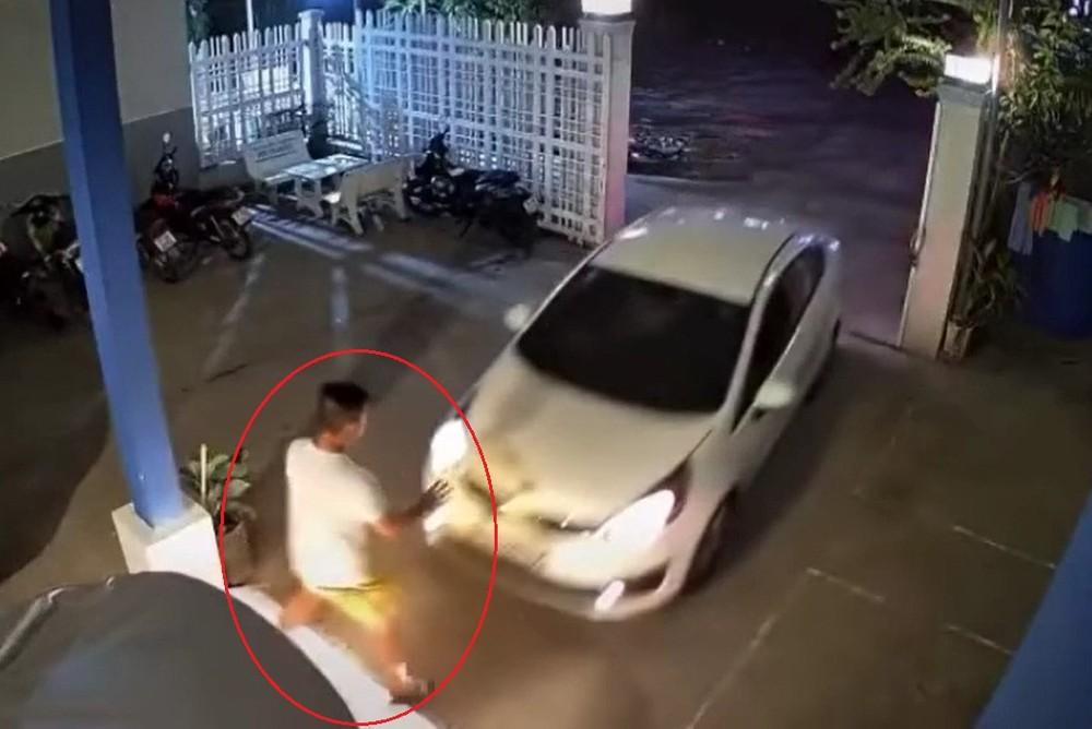 Chiếc ô tô Kia lao vọt về phía trước, tông trúng người đàn ông đang đứng hướng dẫn đỗ xe