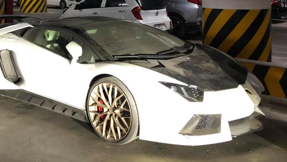 Không rõ lý do là gì chủ nhân của chiếc Lamborghini Aventador LP700-4 Roadster lại để xe bám bụi dày đặc mà không sử dụng