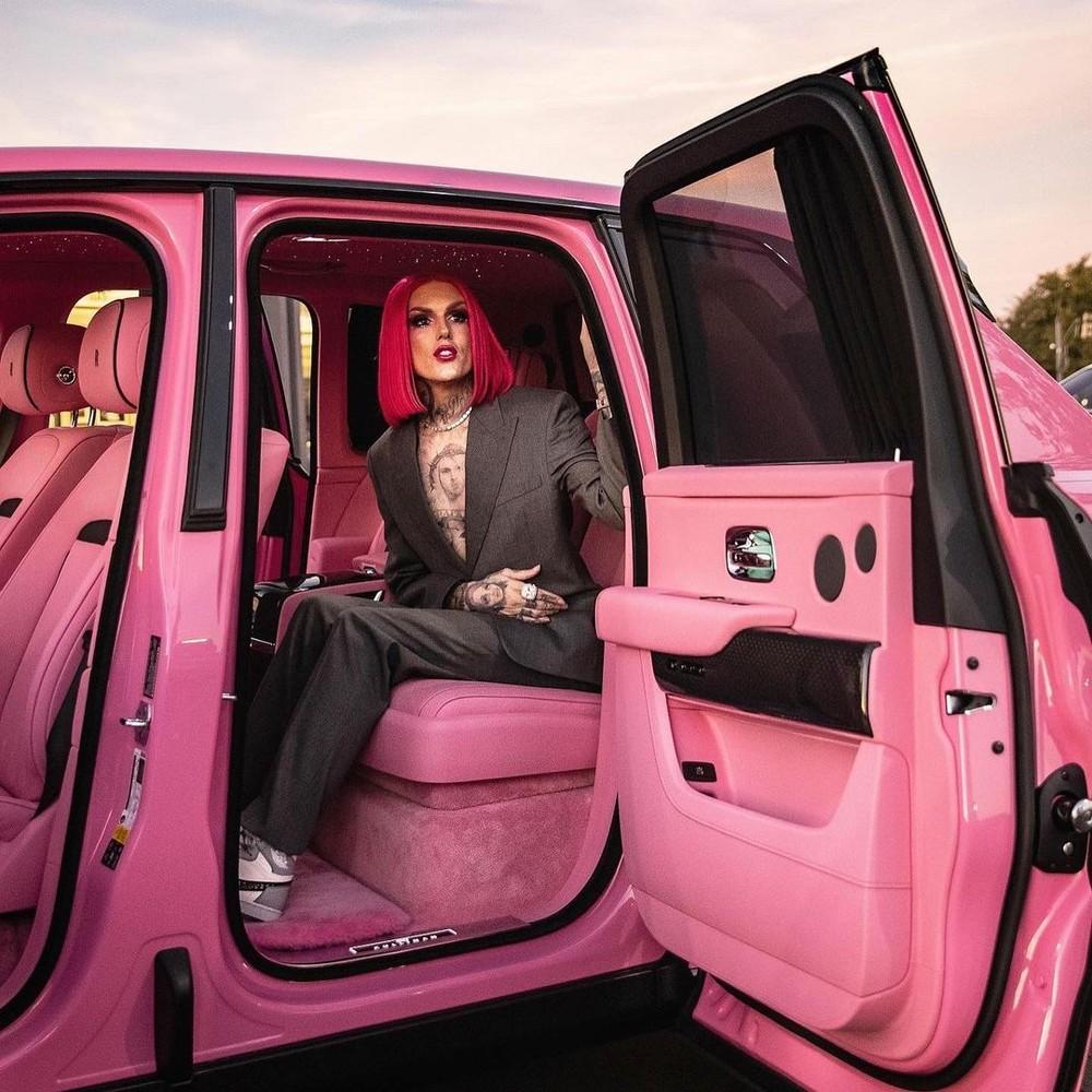 """Rolls-Royce Cullinan Black Badge phiên bản nữ tính của """"ông hoàng trang điểm"""" Jeffree Star"""