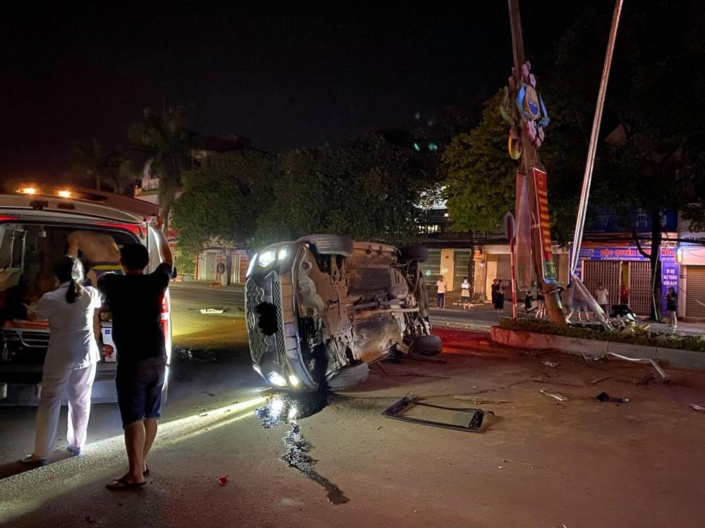 Hiện trường vụ tai nạn xe Hyundai Santa Fe khiến tài xế bị thương nặng