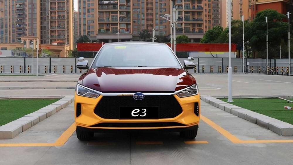 Nó có thiết kế giống xe điện e3 tiêu chuẩn nhưng có sơn 3 màu khác biệt, thường thấy ở trường dạy lái xe
