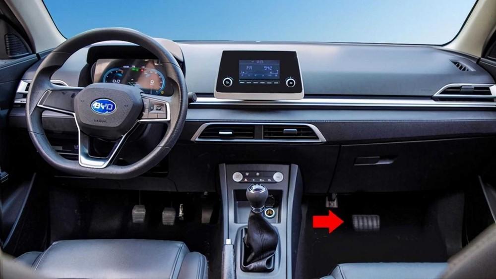 Bên ghế lái phụ cũng có chân phanh để người hướng dẫn có thể can thiệp khi cần