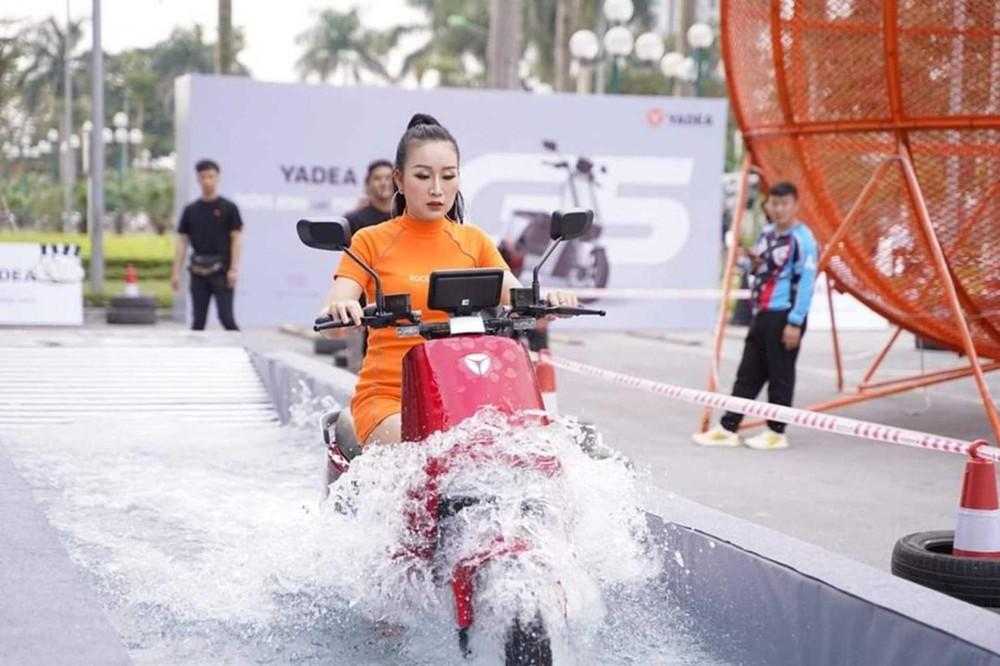 Yadea G5 cũng có khả năng lội nước rất tốt trong điều kiện ngập lụt