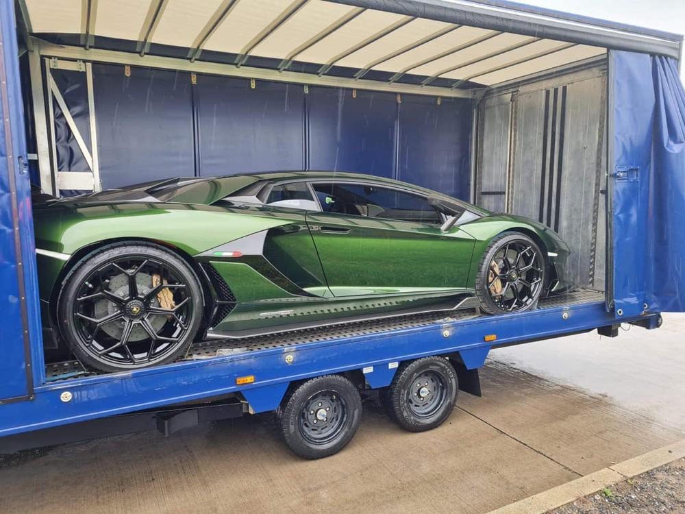Chiếc siêu xe Lamborghini Aventador SVJ Coupe này sẽ bay về một nước châu Á trước khi quá cảnh ở đây để lên thùng container và đi đường biển về Việt Nam