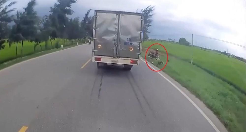 Người đi xe máy tự tông vào cột mốc bên lề đường khi đang vượt phải