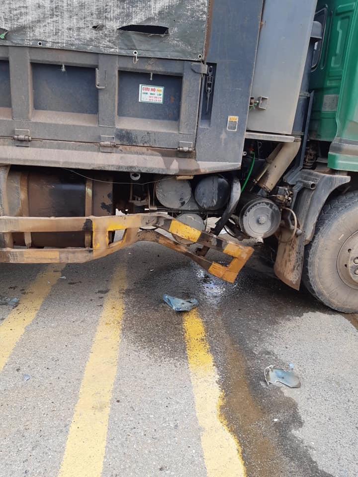 Khung sắt bên sườn xe ben bị hư hỏng