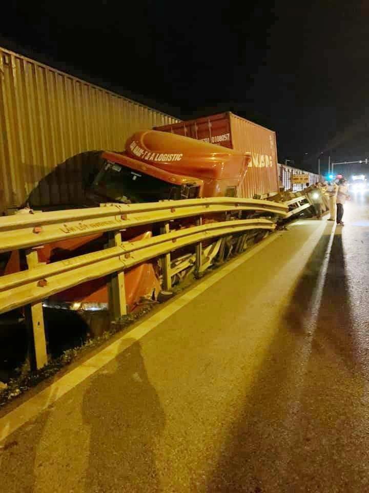Xe container nằm kẹp giữa dải ta-luy và tàu hỏa