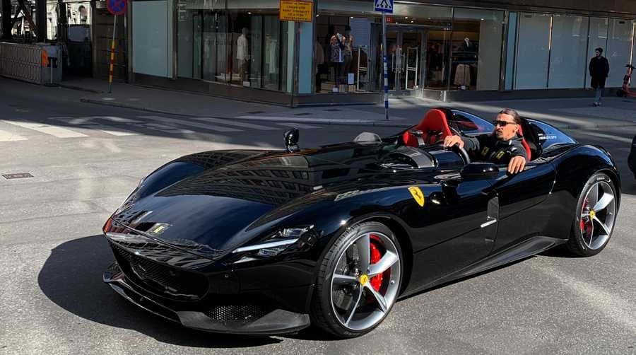 Cristiano Ronaldo được cho đã đặt mua Ferrari Monza SP2 với màu đỏ siêu độc. Người điều khiển chiếc siêu xe Ferrari Monza SP2 trong ảnh chính là Zlatan Ibrahimovic