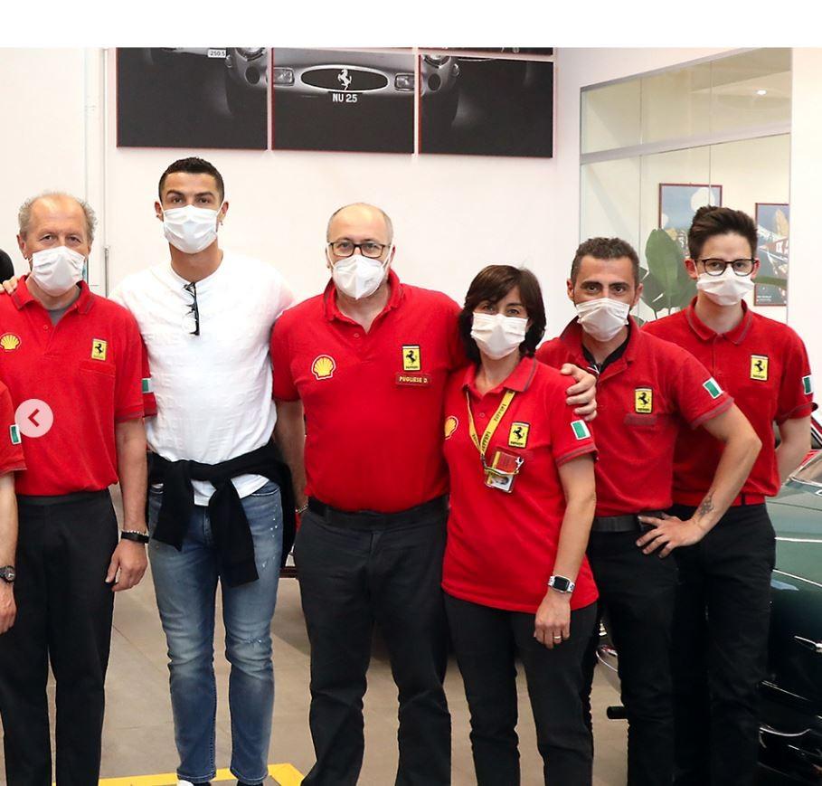 Cristiano Ronaldo chụp ảnh cùng các nhân viên tại nhà máy Ferrari