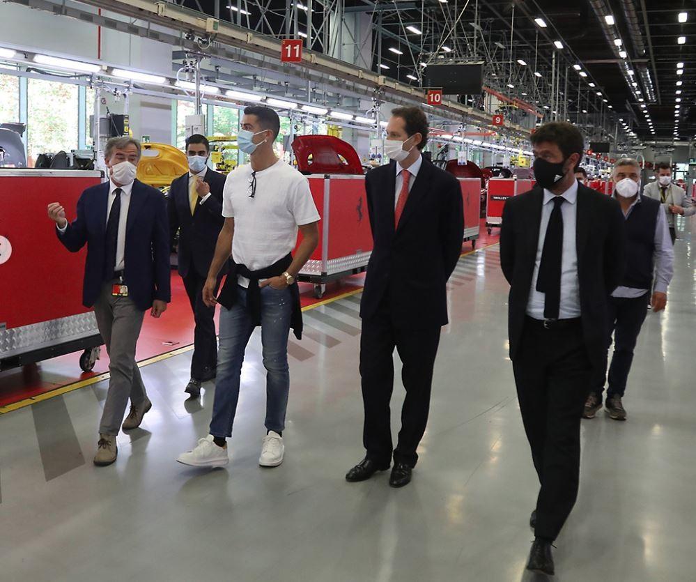 CR7 được Chủ tịch của câu lạc bộ Juventus tháp tùng đến nhà máy của Ferrari và được Chủ tịch đương nhiệm hãng xe Ferrari đưa đi tham quan