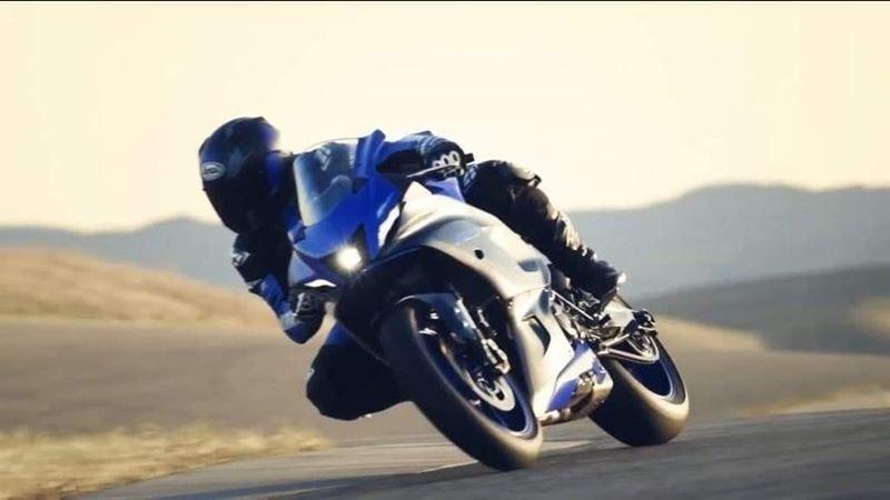 Yamaha R7 2021 có tay lái đặt khá thấp và dàn trang bị như Yamaha MT-07