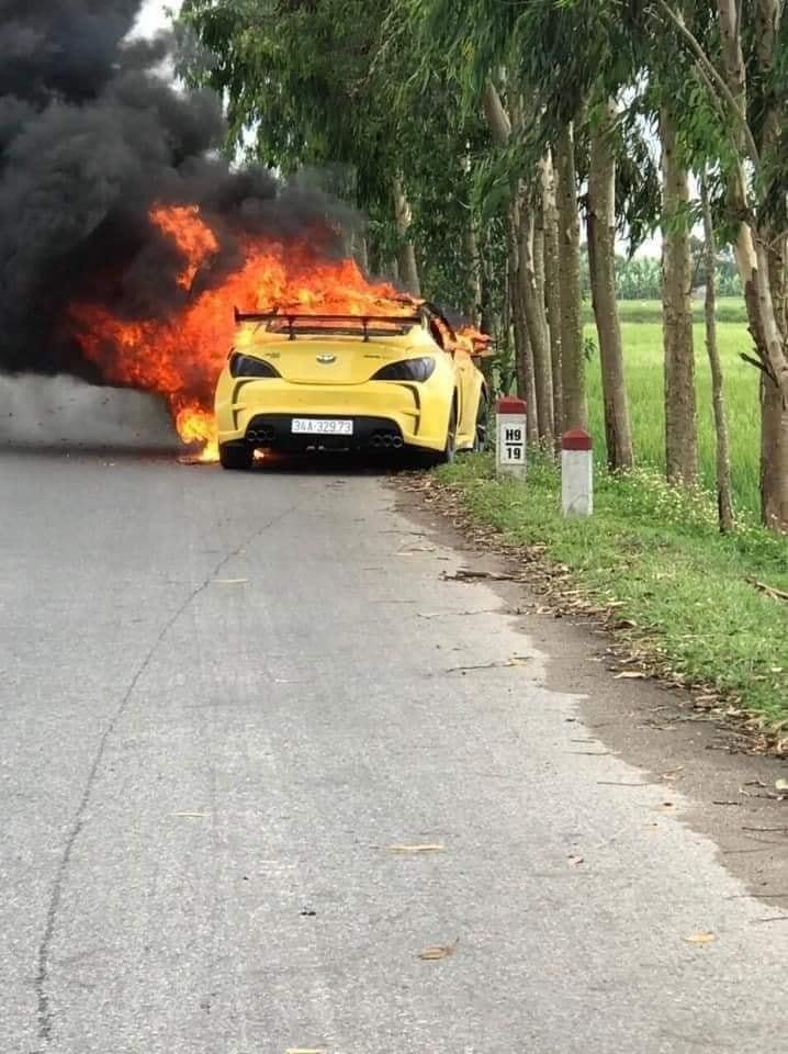 Chiếc ô tô độ cửa cắt kéo bốc cháy sau khi tông vào cột mốc bên đường
