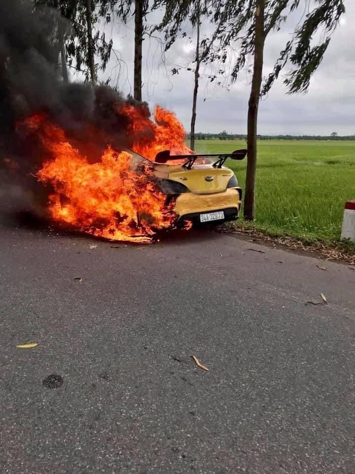 Ngọn lửa bốc lên ngùn ngụt từ chiếc ô tô độ