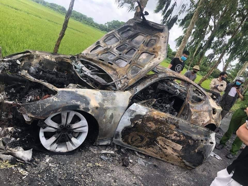 Chiếc ô tô cháy chỉ còn trơ khung