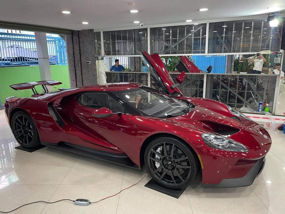 Xe mang ngoại thất màu sơn đỏ sẫm cùng la-zăng carbon