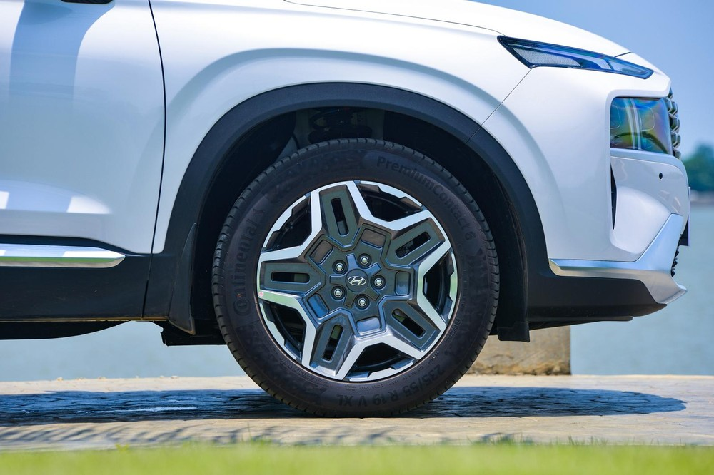Mâm hợp kim 19 inch của Hyundai Santa Fe 2021.