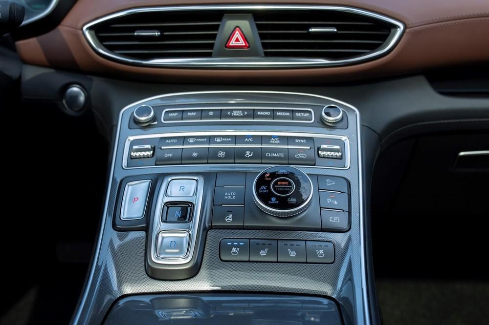 Cận cảnh bảng điều khiển trung tâm của Hyundai Santa Fe 2021.
