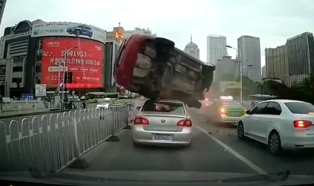Chiếc ô tô Hyundai lộn trên nóc của chiếc Volkswagen