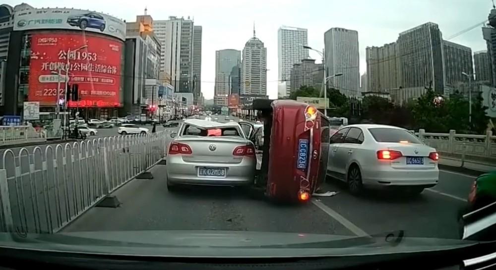 Có 5 chiếc ô tô bị hư hỏng trong vụ tai nạn liên hoàn này