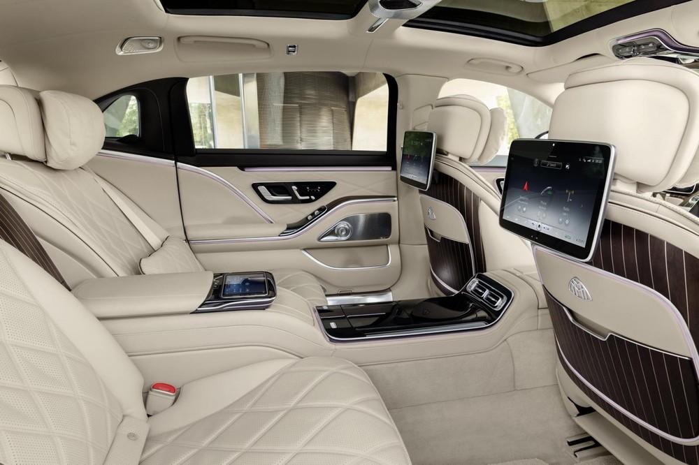 2 màn hình cho hành khách phía sau của Mercedes-Maybach S680 2022