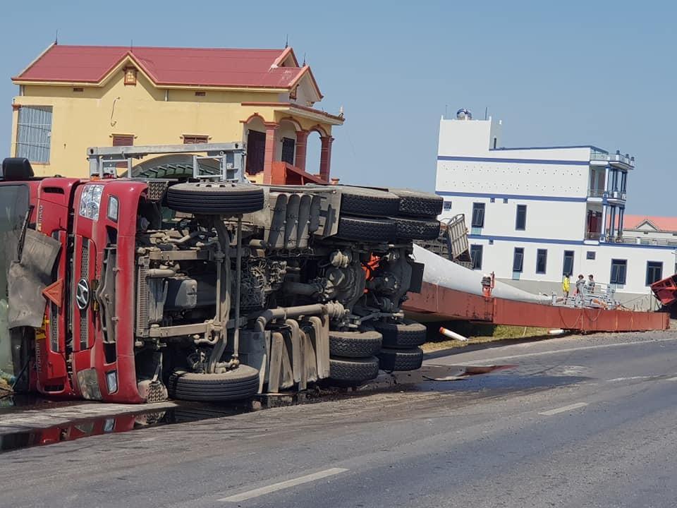 Chiếc xe đầu kéo chở cánh quạt điện gió bị lật trên quốc lộ 1A