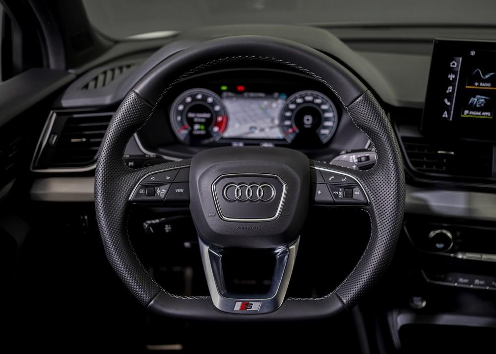 Vô-lăng ba chấu thể thao được trang bị trên Audi Q5 2021.