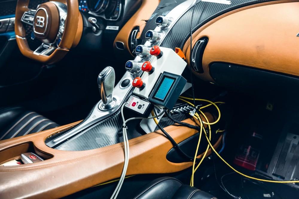 Trong chiếc Bugatti Chiron 4-005 có nhiều máy móc và thiết bị đo lường
