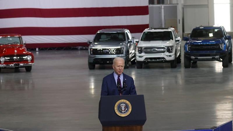 Tổng thống Biden phát biểu tại nhà máy của Ford