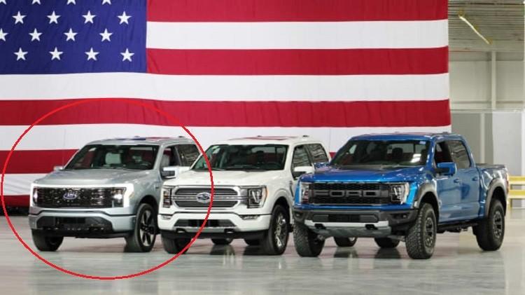 3 chiếc Ford F-150, bao gồm cả phiên bản Lightning mới, được trưng bày phía sau lưng Tổng thống Mỹ