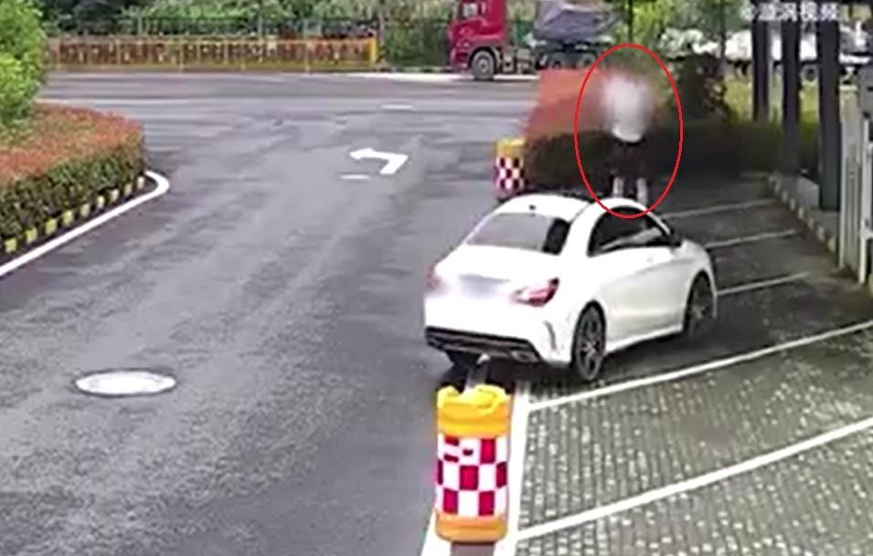 Nam thanh niên đứng lên nắp ca-pô của chiếc Mercedes-Benz