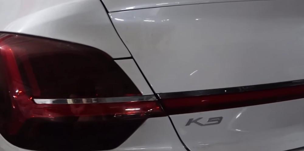 Logo K9 nằm bên dưới dải đèn nối giữa 2 đèn hậu của Kia K9 2021