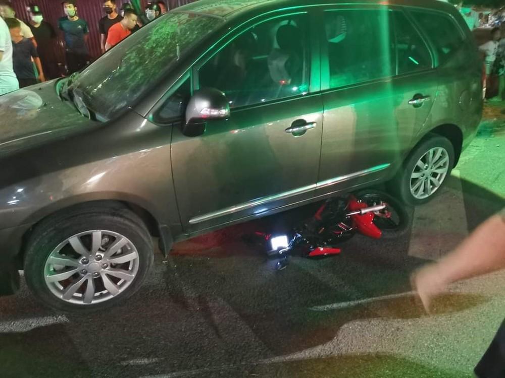 Chiếc ô tô Kia Carens cuốn 1 chiếc xe máy vào gầm