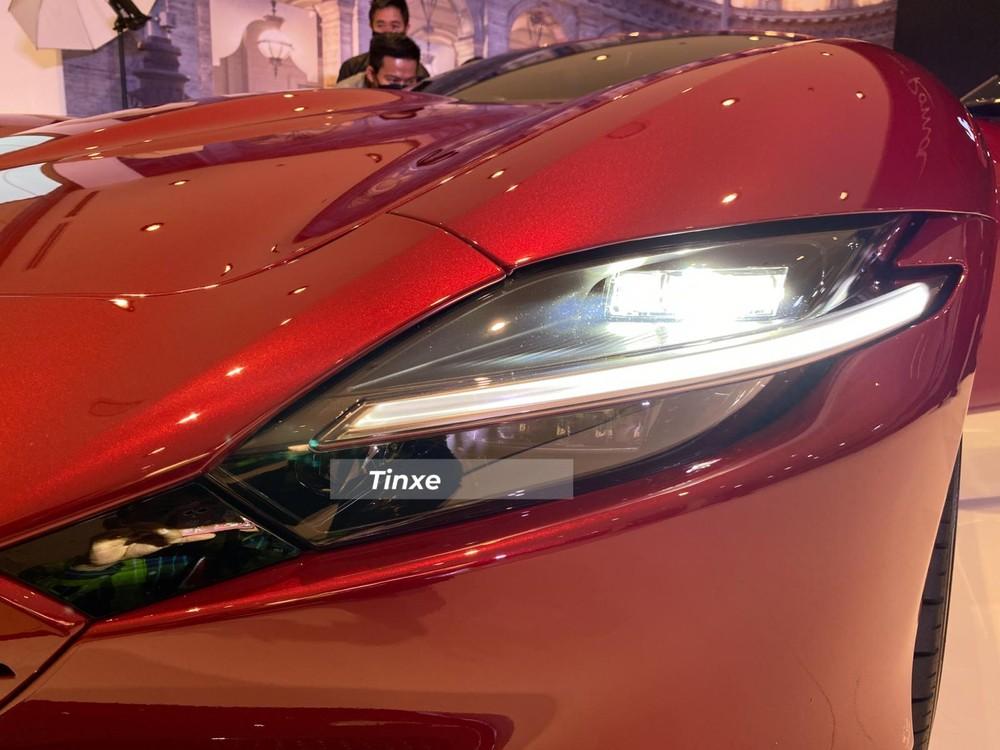 Đèn pha LED rất nổi bật của siêu xe Ferrari Roma