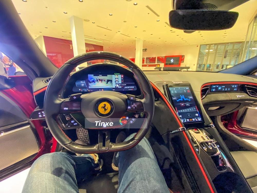 Vô lăng của siêu xe Ferrari Roma đã loại bỏ đi nút bấm star/stop truyền thống mà thay bằng cảm hứng