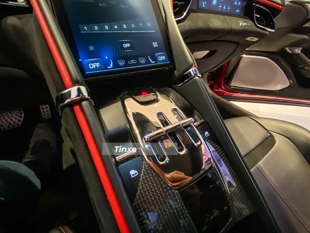Xe đi kèm hộp số ly hợp kép 8 cấp tương tự như Ferrari SF90 Stradale