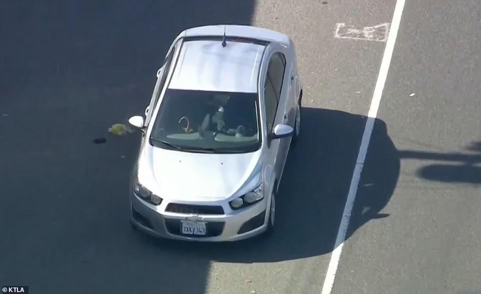 Chiếc Chevrolet Sonic do người phụ nữ điều khiển, chở con trai đi học