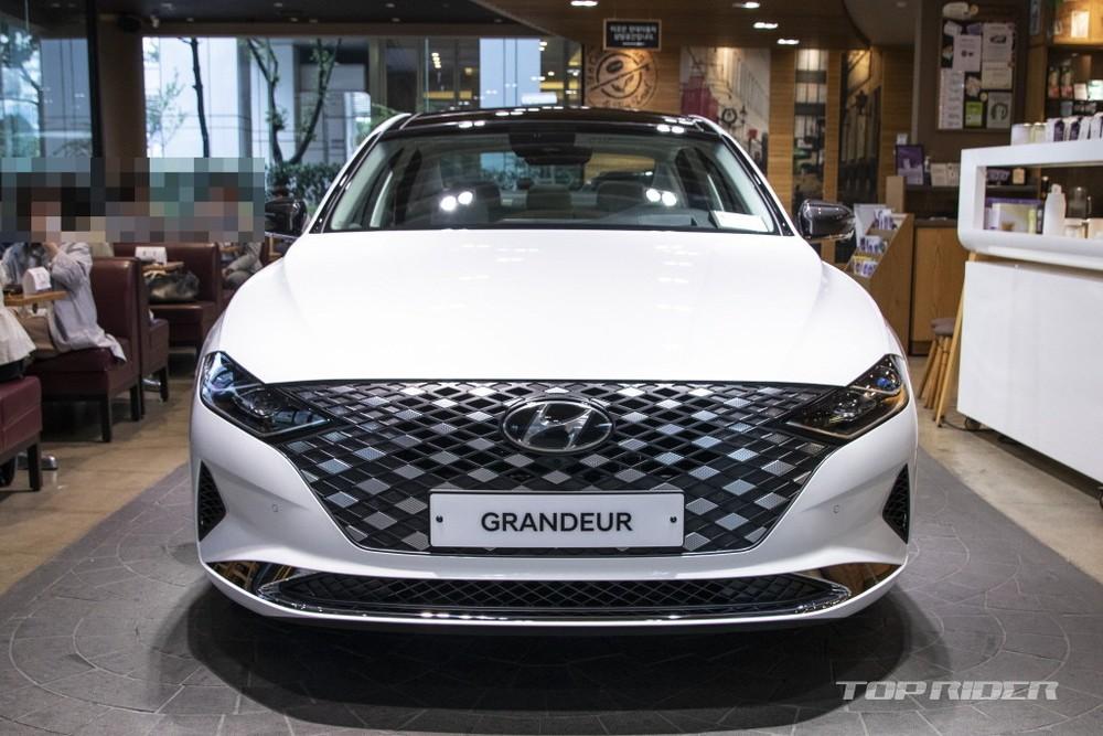 Chiếc Hyundai Grandeur Le Blanc 2021 này được sơn màu trắng muốt