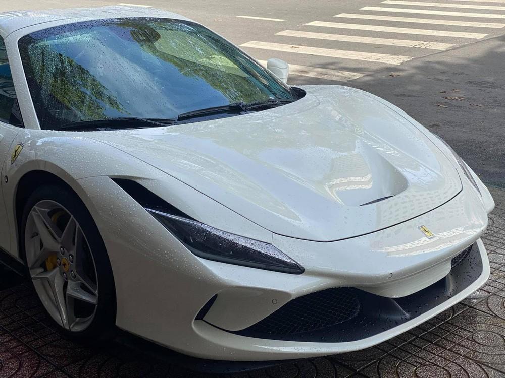 Hình ảnh hiếm hoi của chiếc siêu xe mui trần Ferrari F8 Spider mới về Việt Nam