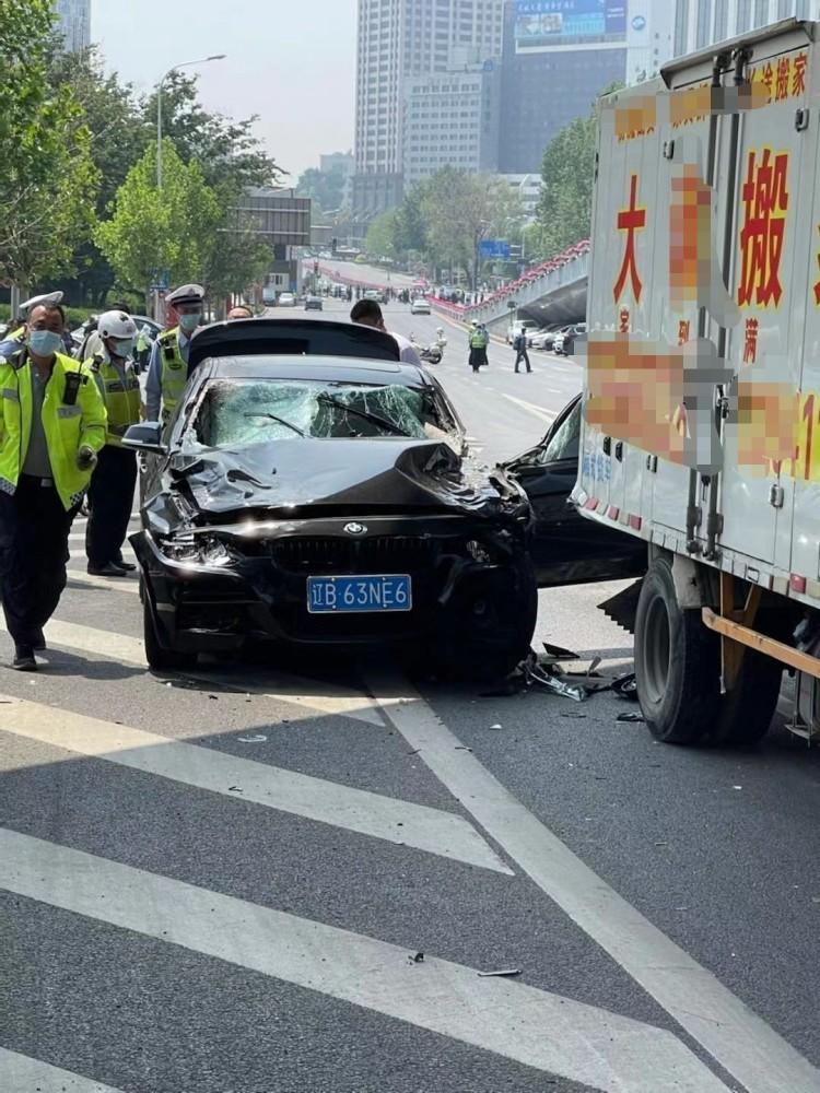Chiếc ô tô BMW chỉ dừng lại sau khi va chạm với một chiếc xe van tại giao lộ