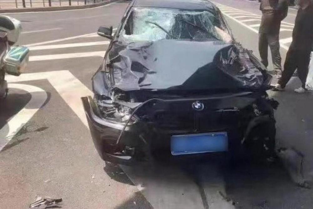 Chiếc BMW bị hư hỏng nặng sau vụ tai nạn