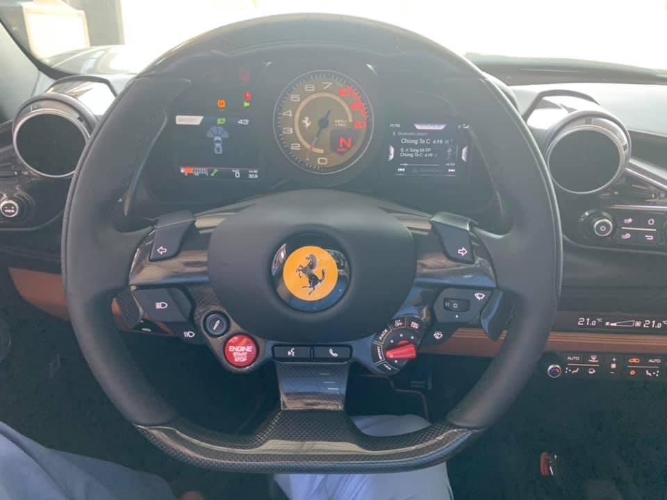 Vô lăng siêu xe Ferrari F8 Tributo thứ 2 về nước