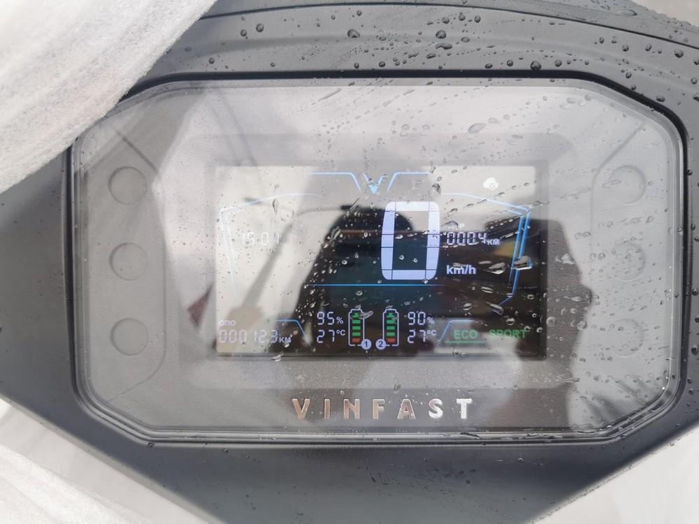 Đồng hồ điện tử trên VinFast Vento với hiển thị hai pin độc lập.