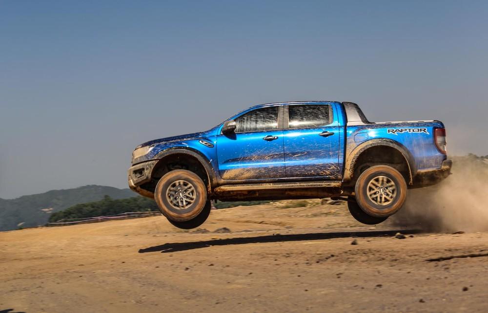 Ford Ranger Raptor màu xanh.