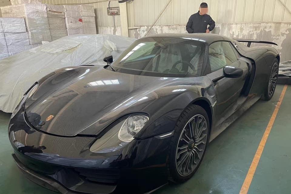 Đi cùng chiếc siêu xe Porsche 918 Spyder này còn có 1  siêu phẩm hypercar khác