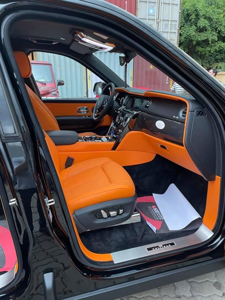 Chiếc SUV siêu sang Rolls-Royce Cullinan Black Badge này có tông màu nội thất là cam rất nổi bật